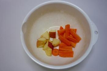 材料のニンジン、リンゴ.JPG